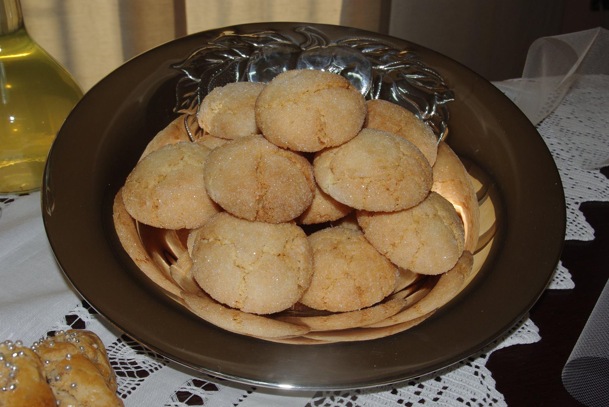 Amarettos: Mandorle ,  zucchero, albume… profumano di amarognolo gli amaretti fatti come da tradizione.