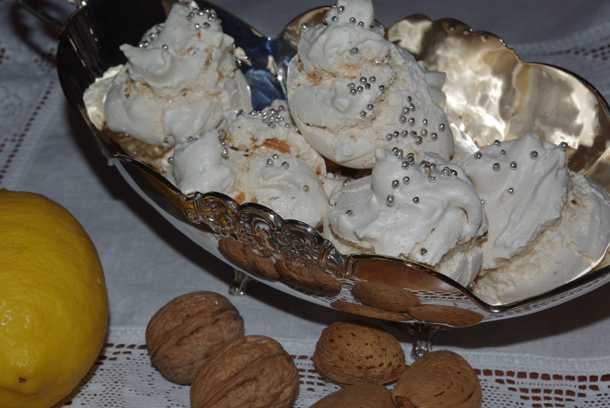 Bianchittos: Fatti con l'albume montato a neve odorano di limone e di mandorle croccanti presenti al loro interno.