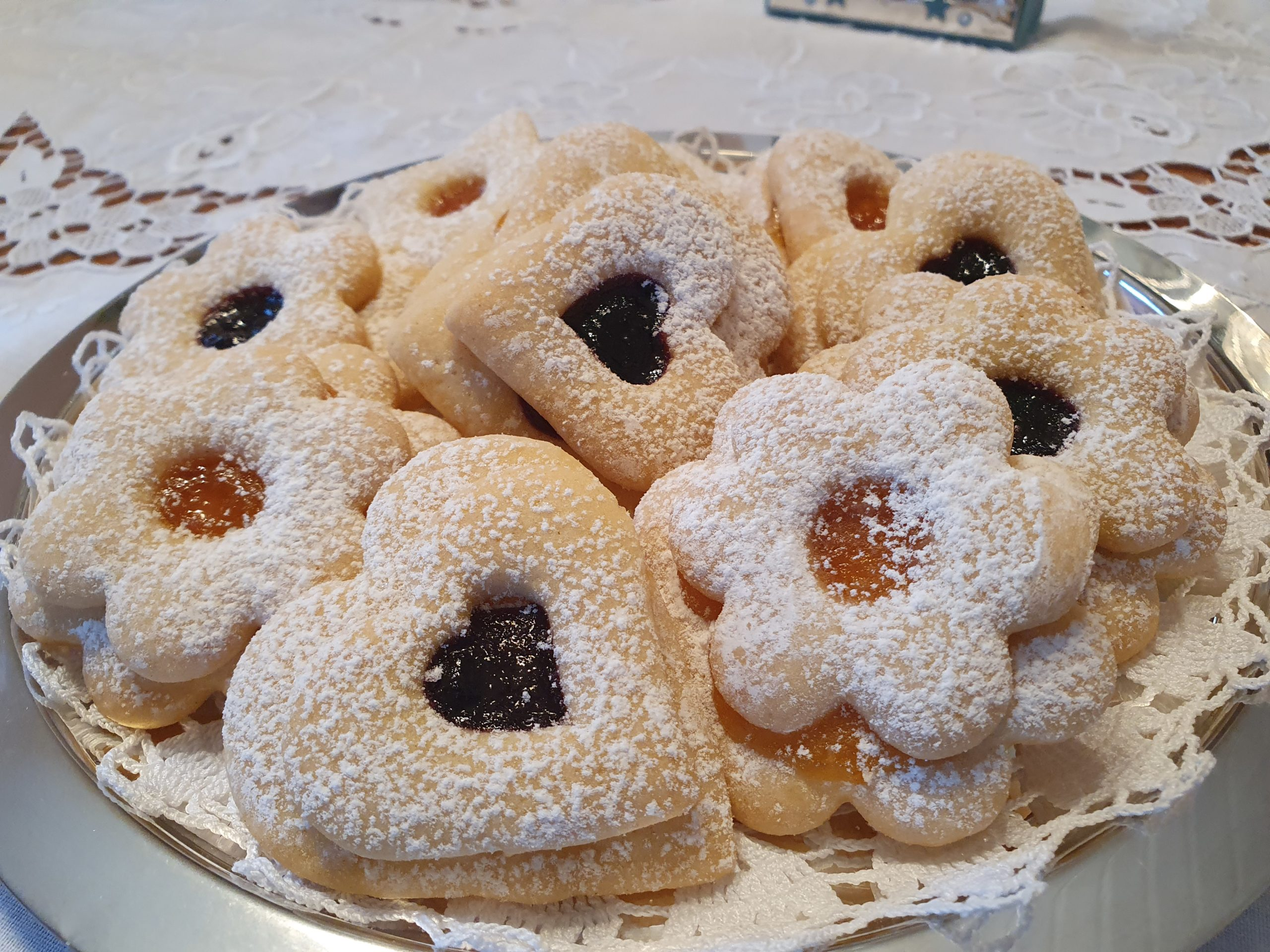 Gallettine con marmellata:  Dolcetto morbido e delicato spolverato dallo zucchero a velo,  arricchito con la confettura di albicocca, pesca o ciliegia