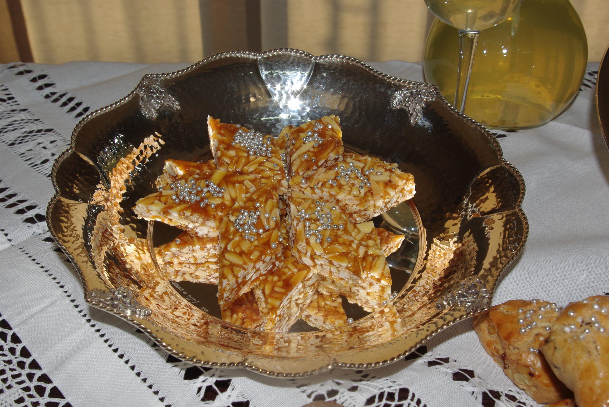 Gateau:  Mandorle tagliate a listelli, zucchero e limone, per un dolce croccante e gustoso.