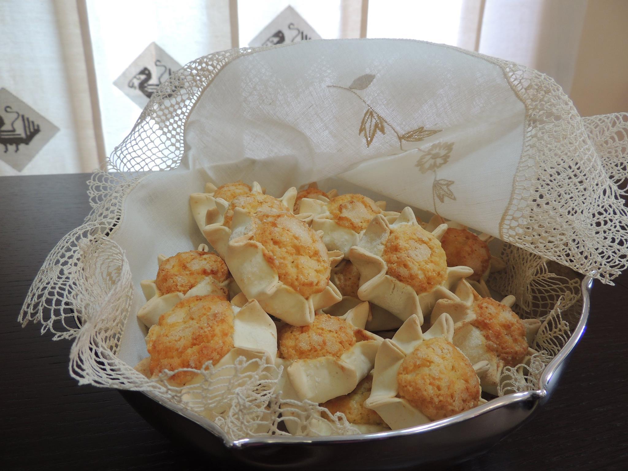 Seadas :  La  forma a  stella della pasta racchiude un impasto morbido a base di formaggio fresco (Casu e mattula), uova e farina.